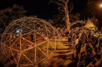Construcción colectiva de una cúpula geodésica en República Autónoma.